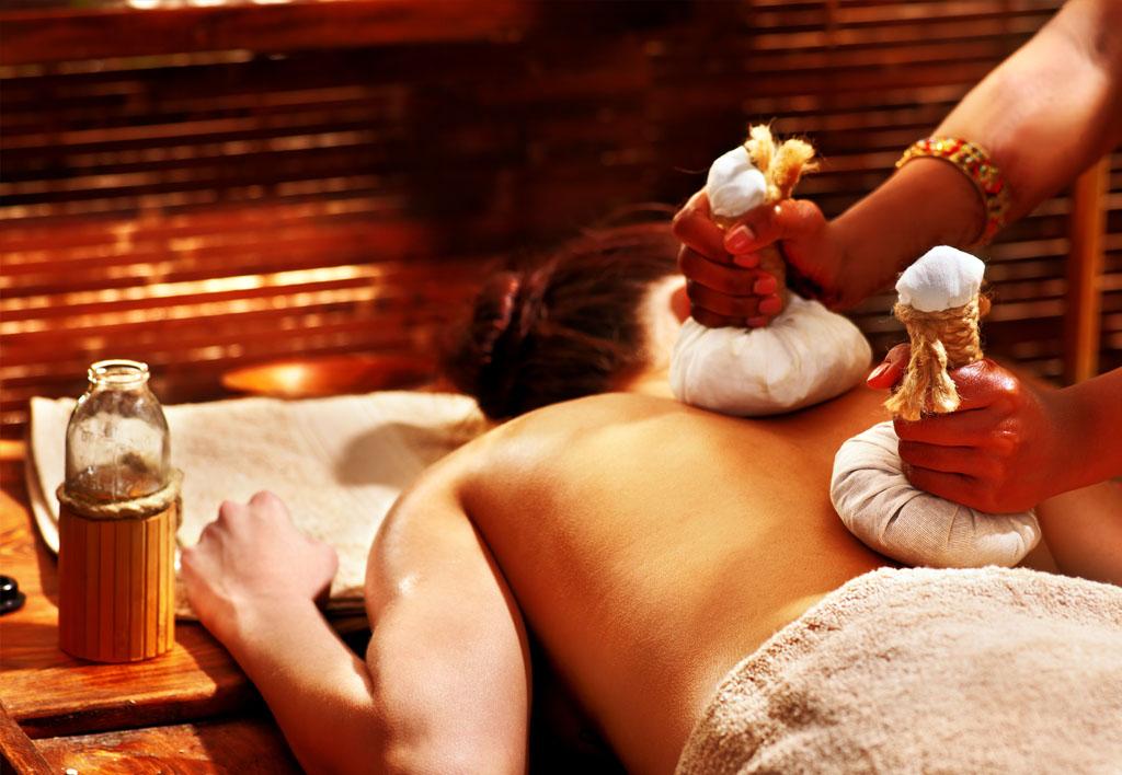 soins et massages aux pochons d'herbes anti-stress